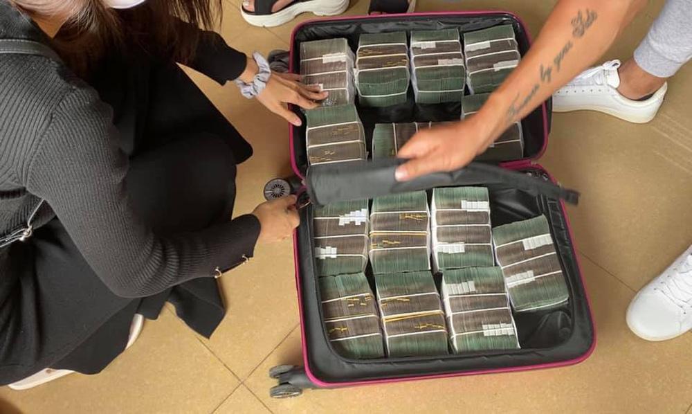 Thủy Tiên sáng rút 20 tỷ tiền mặt ở Sài Gòn, trưa rút 10 tỷ tại Huế, dân mạng phân tích 3 điểm bất thường-6