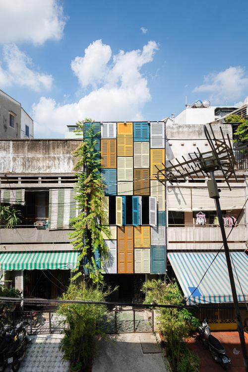 Ngôi nhà 60m2 với vô vàn ô cửa sắc màu ở Sài Gòn, bên trong chuẩn vibe vintage quá mê-1