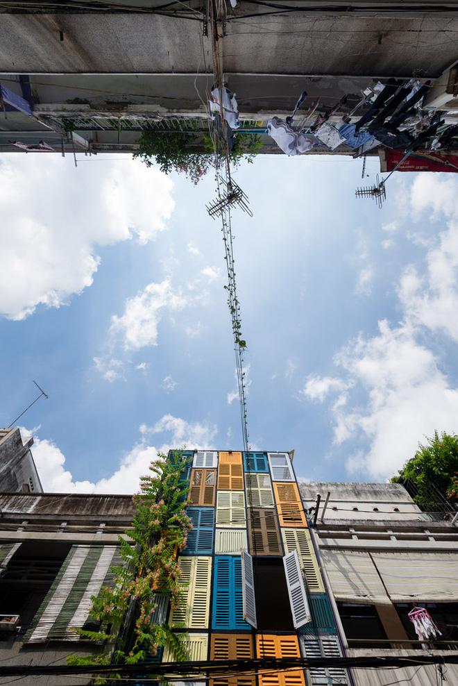 Ngôi nhà 60m2 với vô vàn ô cửa sắc màu ở Sài Gòn, bên trong chuẩn vibe vintage quá mê-3