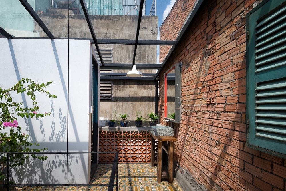 Ngôi nhà 60m2 với vô vàn ô cửa sắc màu ở Sài Gòn, bên trong chuẩn vibe vintage quá mê-18