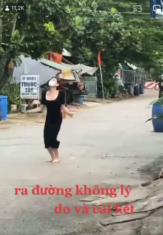 Clip: Ra đường không lý do, cô gái xinh đẹp bị phạt nhảy dây dưới sự giám sát của bà con hàng xóm-2