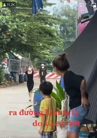 Clip: Ra đường không lý do, cô gái xinh đẹp bị phạt nhảy dây dưới sự giám sát của bà con hàng xóm-3