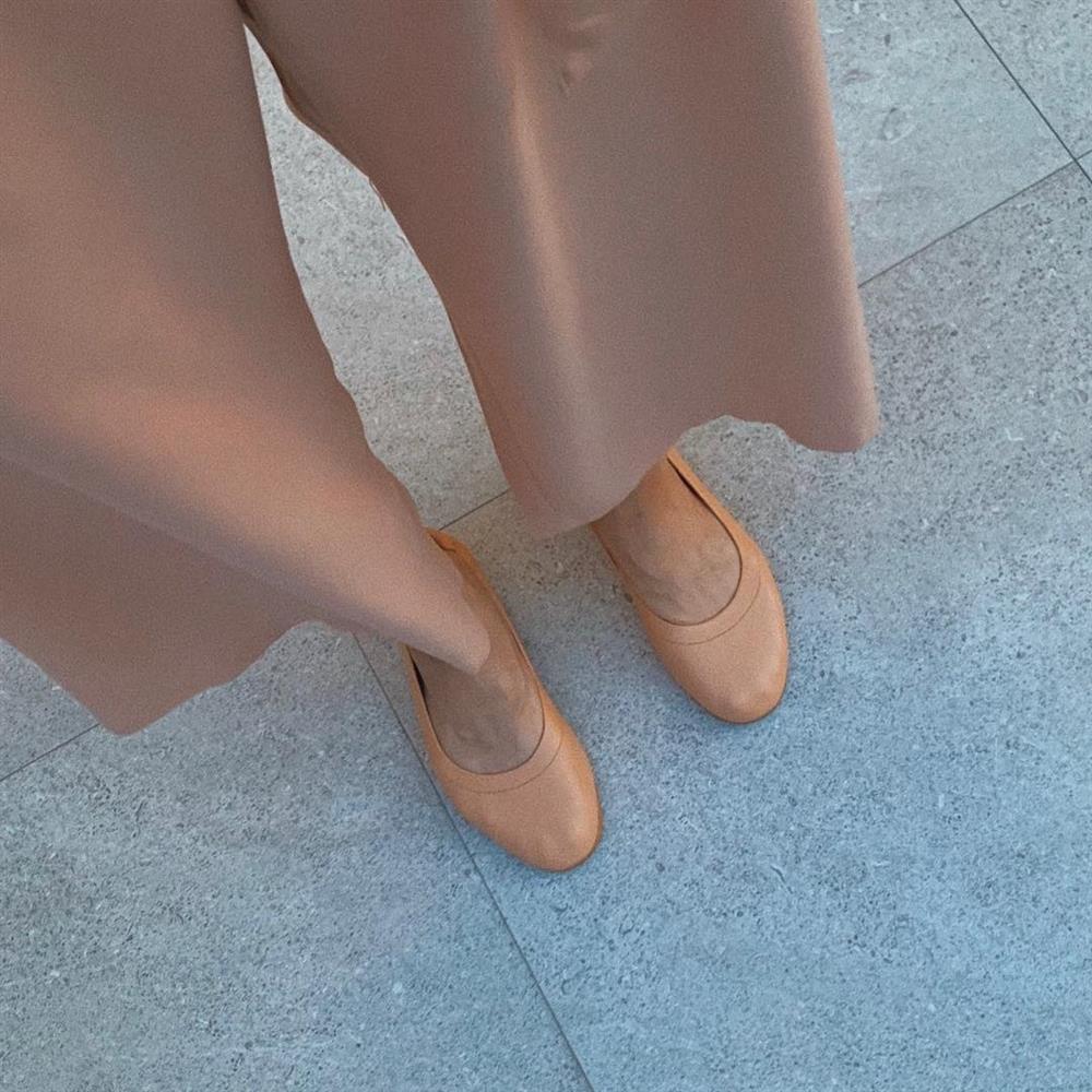 4 kiểu giày bệt được sao Việt U40 sắm nhiều nhất để hack tuổi, và mặc gì trông cũng sành điệu hơn-9