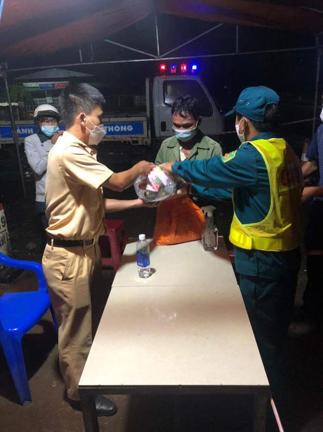 Giắt túi đúng 90k, đi 300km về chịu tang cha, 2 anh em xin qua chốt kiểm dịch và cuộc gặp bất ngờ trong đêm-6