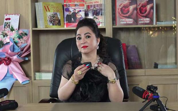 Fanpage Vietcombank lên tiếng sau phát ngôn của bà Phương Hằng về tạm khoá báo có, netizen vẫn tiếp tục chất vấn-1
