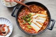 Không biết ăn gì nấu ngay bát canh cay cay, nóng hổi đủ cả rau lẫn thịt này để ăn cùng cơm thì còn gì bằng