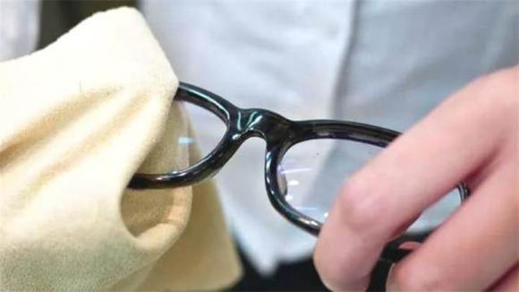 Miếng vải mà cửa hàng đưa khi mua kính không phải để lau kính, nhiều người đã mắc sai lầm và sử dụng như vậy trong nhiều năm-1