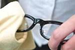 Miếng vải mà cửa hàng đưa khi mua kính không phải để lau kính, nhiều người đã mắc sai lầm và sử dụng như vậy trong nhiều năm