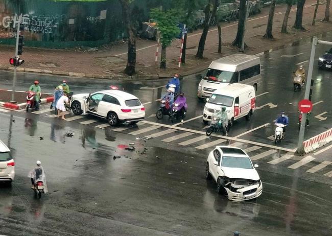 Hà Nội: Vượt đèn đỏ, 2 xe sang Mercedes GLC và Jaguar F-Pace tông nhau giữa ngã tư, nữ tài xế bị thương-1