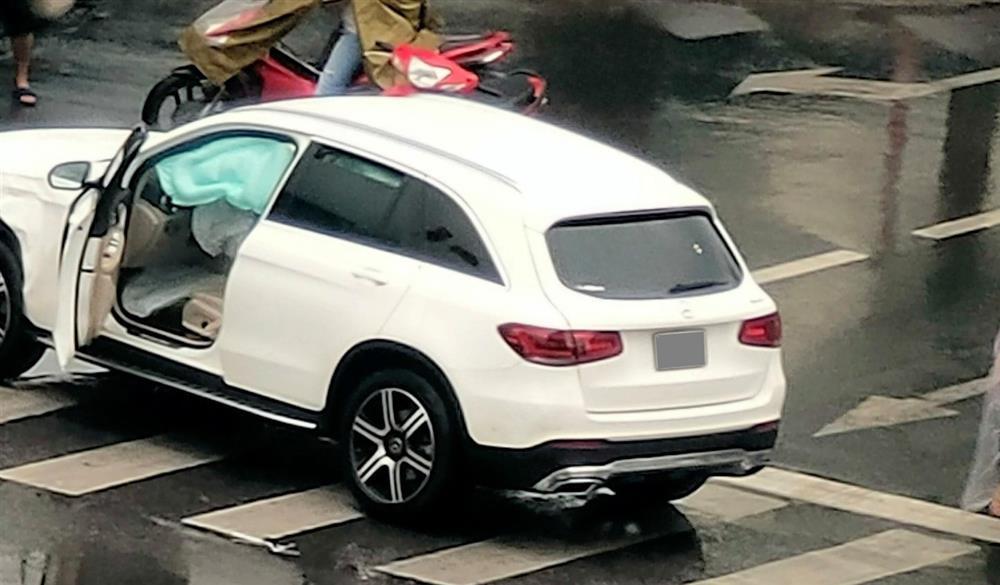 Hà Nội: Vượt đèn đỏ, 2 xe sang Mercedes GLC và Jaguar F-Pace tông nhau giữa ngã tư, nữ tài xế bị thương-2