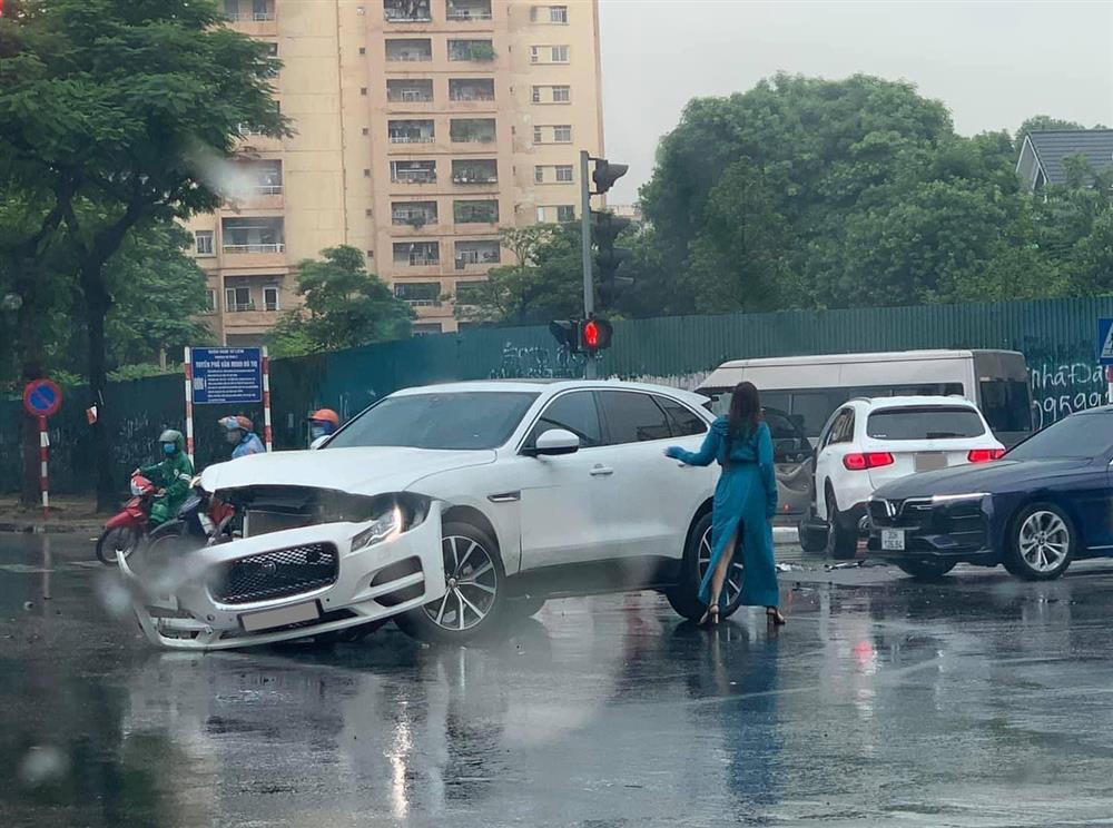 Hà Nội: Vượt đèn đỏ, 2 xe sang Mercedes GLC và Jaguar F-Pace tông nhau giữa ngã tư, nữ tài xế bị thương-3
