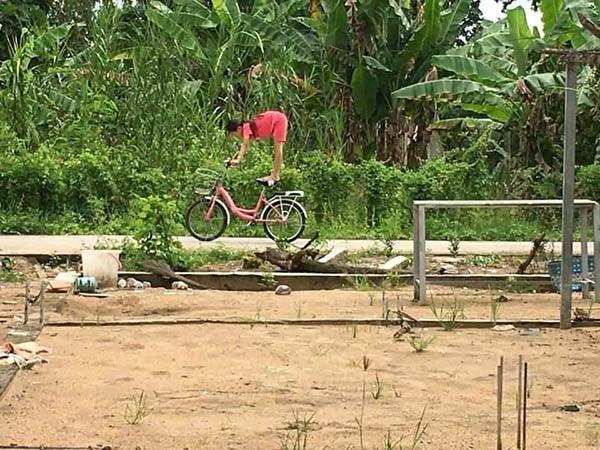 Bé gái đu hẳn người trên xe đạp như làm xiếc, nghịch ngợm thế này các mẹ cũng chào thua-3