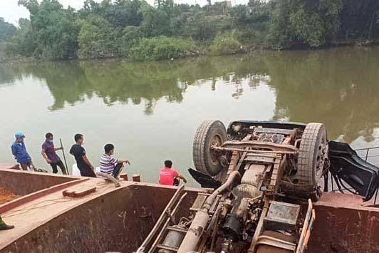 Khoảnh khắc thương tâm: Chiếc xe tải lật ngửa, tài xế mất tích gần 8 tiếng, thi thể tìm thấy trên sông Thương-1