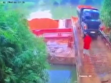 Khoảnh khắc thương tâm: Chiếc xe tải lật ngửa, tài xế mất tích gần 8 tiếng, thi thể tìm thấy trên sông Thương-2