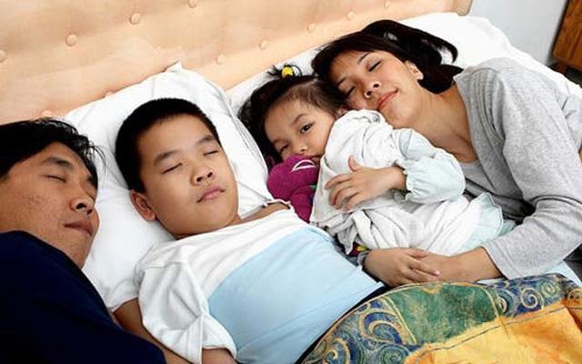 Bức ảnh nữ diễn viên ngủ chung với hai con trai gây tranh cãi: Soi kĩ mới thấy cánh tay có vấn đề-5