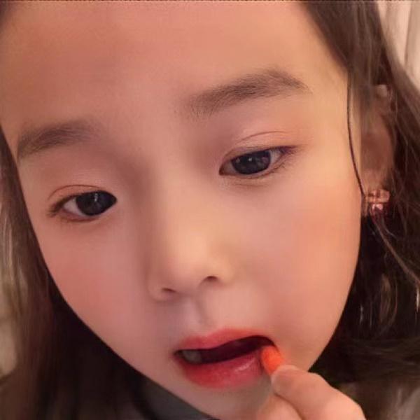 Bé gái 5 tuổi chốt đơn ầm ầm với gương mặt học sinh, phong thái phụ huynh: Sự thật phũ phàng phía sau các beauty blogger bị chín ép-4