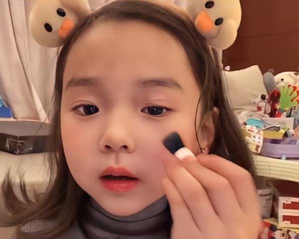 Bé gái 5 tuổi chốt đơn ầm ầm với gương mặt học sinh, phong thái phụ huynh: Sự thật phũ phàng phía sau các beauty blogger bị chín ép-2