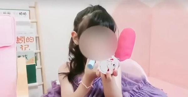 Bé gái 5 tuổi chốt đơn ầm ầm với gương mặt học sinh, phong thái phụ huynh: Sự thật phũ phàng phía sau các beauty blogger bị chín ép-1