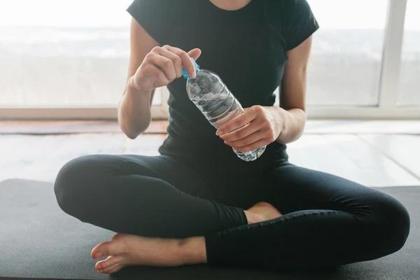 3 thói quen tiêu thụ nước lọc đang âm thầm phá hủy thận của bạn, thật đáng tiếc khi nhiều người vẫn đang mắc phải!-1