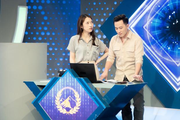 Những hình ảnh đầu tiên của Khánh Vy với vai trò MC Đường Lên Đỉnh Olympia: Nhan sắc và phong cách dẫn thế nào?-7