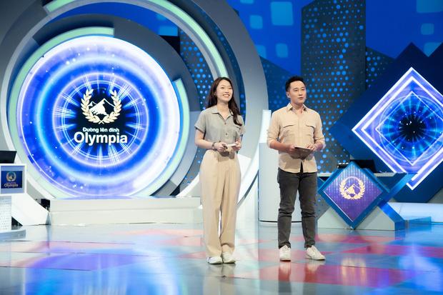 Những hình ảnh đầu tiên của Khánh Vy với vai trò MC Đường Lên Đỉnh Olympia: Nhan sắc và phong cách dẫn thế nào?-10