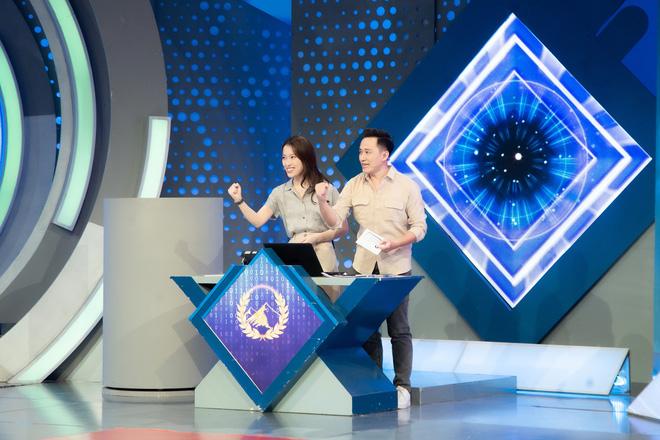 Những hình ảnh đầu tiên của Khánh Vy với vai trò MC Đường Lên Đỉnh Olympia: Nhan sắc và phong cách dẫn thế nào?-5