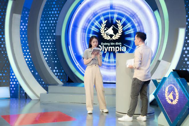 Những hình ảnh đầu tiên của Khánh Vy với vai trò MC Đường Lên Đỉnh Olympia: Nhan sắc và phong cách dẫn thế nào?-2
