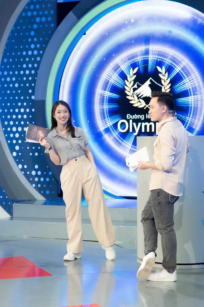 Những hình ảnh đầu tiên của Khánh Vy với vai trò MC Đường Lên Đỉnh Olympia: Nhan sắc và phong cách dẫn thế nào?-13