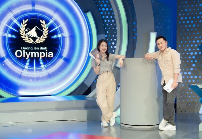 Những hình ảnh đầu tiên của Khánh Vy với vai trò MC Đường Lên Đỉnh Olympia: Nhan sắc và phong cách dẫn thế nào?-3