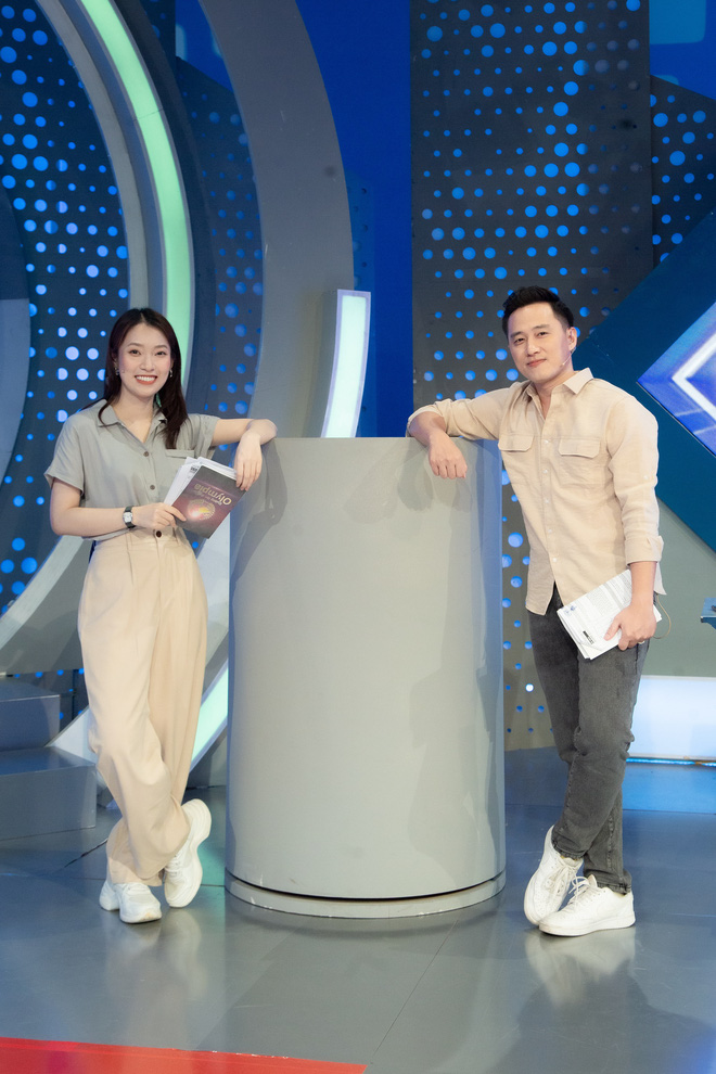 Những hình ảnh đầu tiên của Khánh Vy với vai trò MC Đường Lên Đỉnh Olympia: Nhan sắc và phong cách dẫn thế nào?-12
