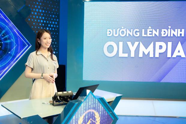 Những hình ảnh đầu tiên của Khánh Vy với vai trò MC Đường Lên Đỉnh Olympia: Nhan sắc và phong cách dẫn thế nào?-11