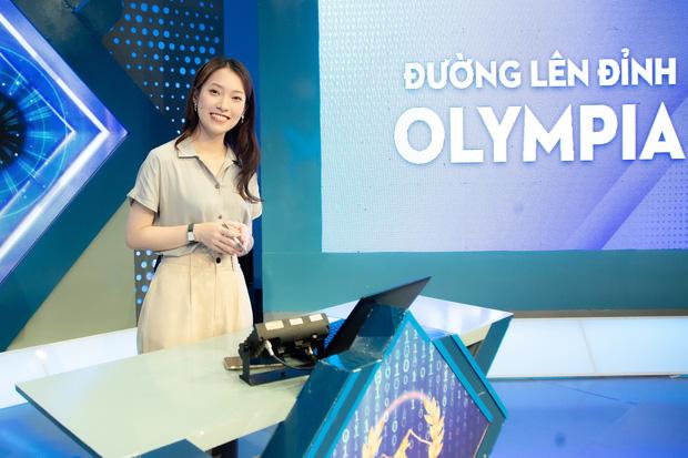 Những hình ảnh đầu tiên của Khánh Vy với vai trò MC Đường Lên Đỉnh Olympia: Nhan sắc và phong cách dẫn thế nào?-1