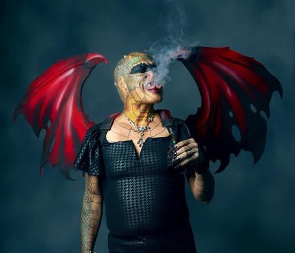 Cựu CEO ngân hàng cắt cụt tai, mũi, xẻ lưỡi và chuẩn bị cắt nốt của quý để biến thành người rồng không giới tính-5