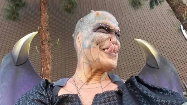 Cựu CEO ngân hàng cắt cụt tai, mũi, xẻ lưỡi và chuẩn bị cắt nốt của quý để biến thành người rồng không giới tính-4