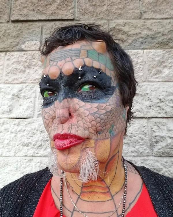 Cựu CEO ngân hàng cắt cụt tai, mũi, xẻ lưỡi và chuẩn bị cắt nốt của quý để biến thành người rồng không giới tính-3