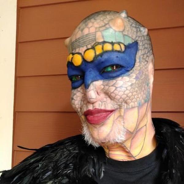 Cựu CEO ngân hàng cắt cụt tai, mũi, xẻ lưỡi và chuẩn bị cắt nốt của quý để biến thành người rồng không giới tính-1