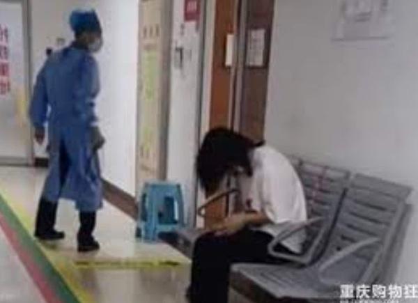 Bà mẹ khóc lóc cầu xin bác sĩ cứu con, nguyên nhân đứa trẻ nhập viện khiến ai nấy phẫn nộ-1