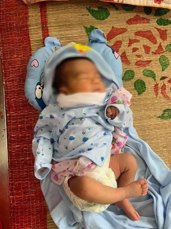 Bé trai sơ sinh bị bỏ rơi trước cổng nhà dân giữa đêm khuya-1