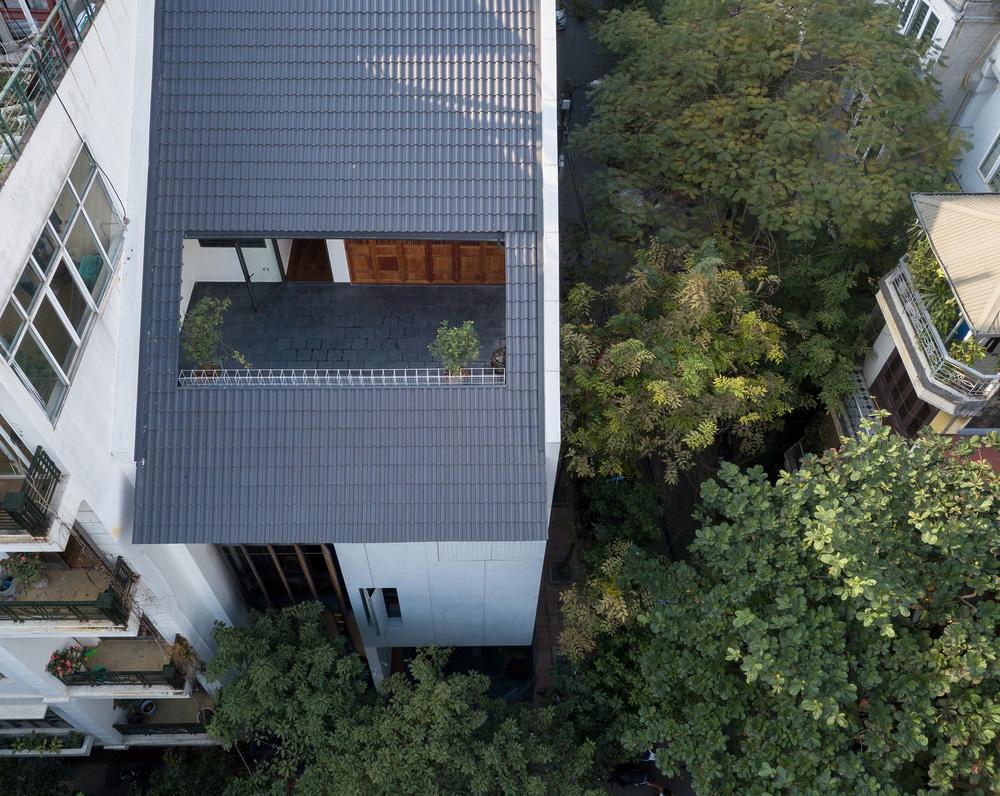Nhà khoét mái 2 mặt tiền ở Hà Nội: Nhìn từ trên xuống đã trầm trồ, bước vào trong lại phải wow thêm tiếng nữa-1