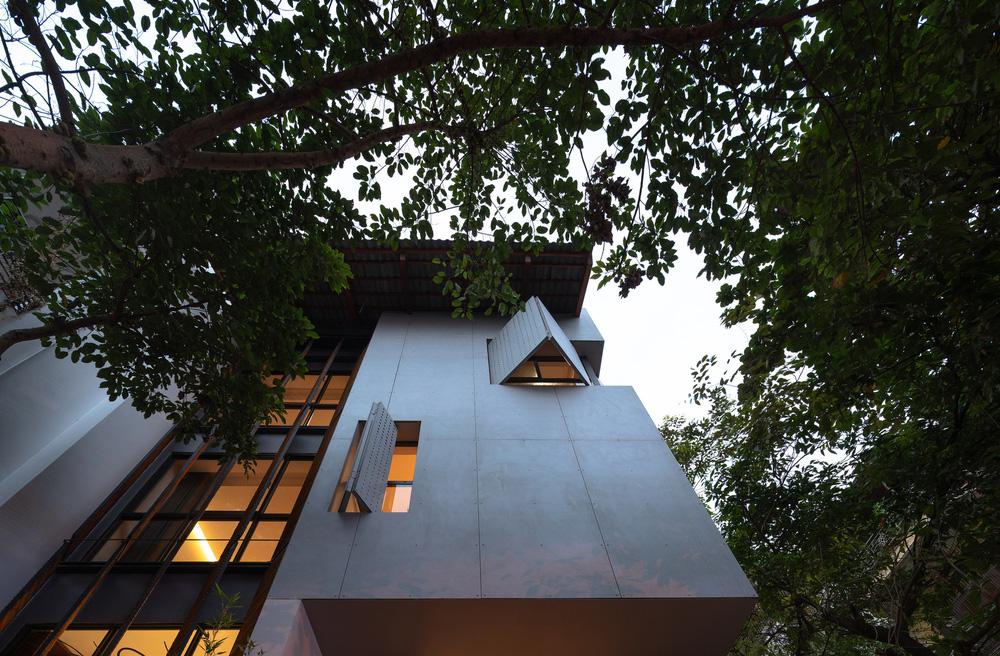 Nhà khoét mái 2 mặt tiền ở Hà Nội: Nhìn từ trên xuống đã trầm trồ, bước vào trong lại phải wow thêm tiếng nữa-3