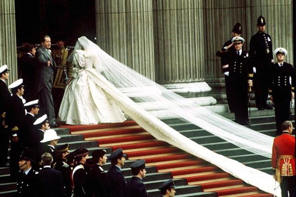 Váy cưới của Công nương Diana bản 2021 giống thiết kế gốc tới 99%, nhưng liệu có gặp phải 4 sự cố này trong lễ cưới-7