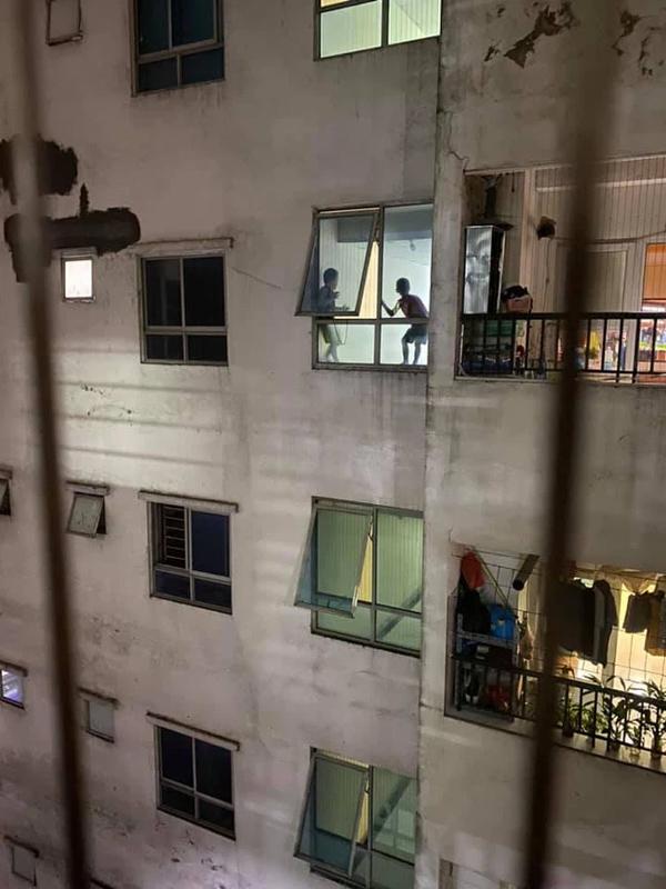 Thót tim cảnh 2 bé trai trèo ra cửa hành lang chung cư cao tầng chơi đùa chênh vênh trên gờ tường: Phụ huynh cần cảnh giác-2