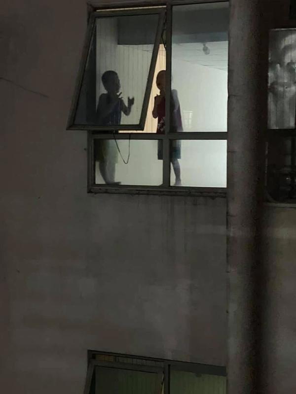 Thót tim cảnh 2 bé trai trèo ra cửa hành lang chung cư cao tầng chơi đùa chênh vênh trên gờ tường: Phụ huynh cần cảnh giác-3