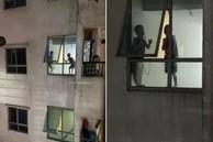 Thót tim cảnh 2 bé trai trèo ra cửa hành lang chung cư cao tầng chơi đùa chênh vênh trên gờ tường: Phụ huynh cần cảnh giác