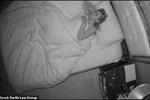 Thấy ông chủ thường xuyên ra vào phòng ngủ của mình, cô trông trẻ nghi ngờ rồi phát hiện sự biến thái đáng sợ