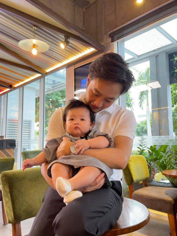 Cường Đô La vừa đón thêm thành viên mới bị bỏ rơi ngoài công viên, ái nữ Suchin mới 1 tuổi đã có em rồi!-3