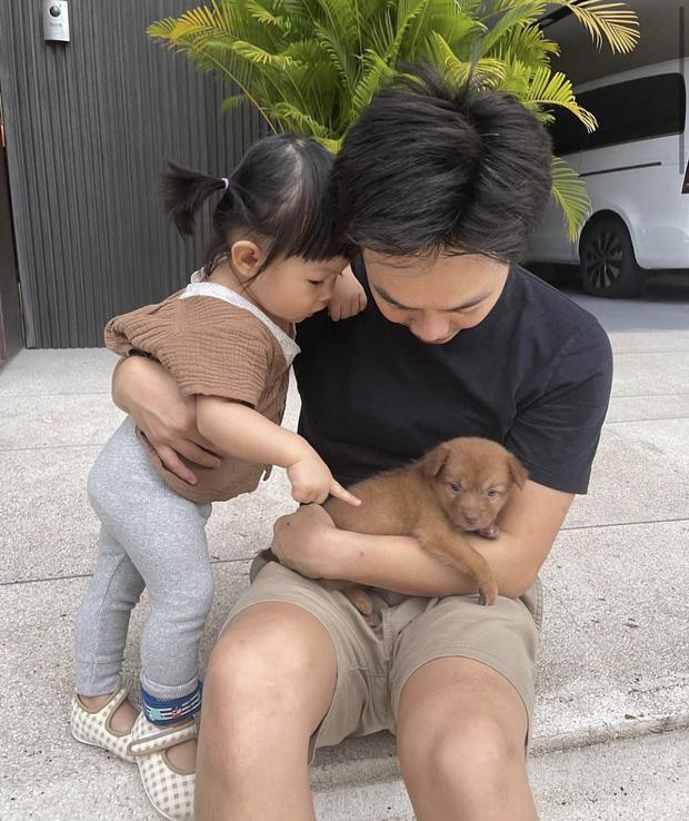 Cường Đô La vừa đón thêm thành viên mới bị bỏ rơi ngoài công viên, ái nữ Suchin mới 1 tuổi đã có em rồi!-2