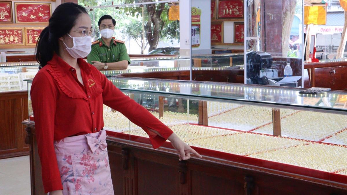 Nữ nhân viên lấy trộm hàng ngàn nhẫn vàng ở Bình Phước bị khởi tố-1