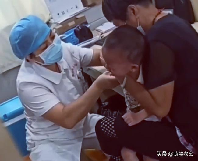 Bé trai khóc ngất khi y tá tiêm, giây tiếp theo mếu máo nói một câu làm ai cũng nín lặng, nền giáo dục gia đình được phơi bày-1