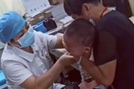 Bé trai khóc ngất khi y tá tiêm, giây tiếp theo mếu máo nói một câu làm ai cũng nín lặng, nền giáo dục gia đình được phơi bày